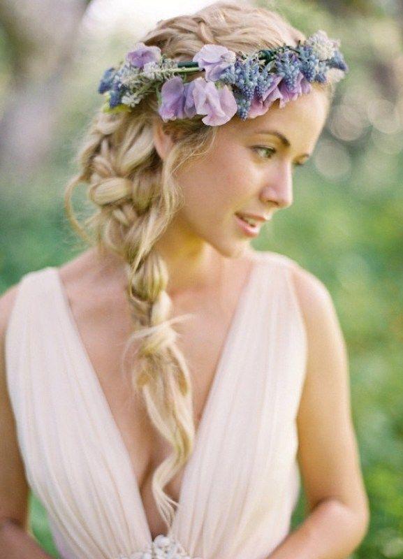 Цветы в волосах в прическе